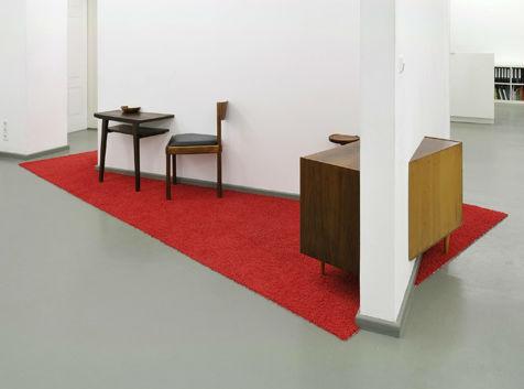 »Berliner Zimmer« 2010, gebrauchte Einrichtungsgegenstände, Teppich, Installationsansicht Rasche Ripken Berlin