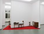 Installation Berliner Zimmer, Galerie RASCHE RIPKEN BERLIN, 2010 gebrauchte Berliner Möbel, Teppichboden, in L-förmige Galeriewand integriert.