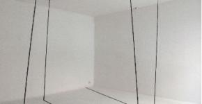 raumlinie 23_2010_ortsbezogene installation_312 x 443 x 468 cm_gewebe gefärbt ein raum - ein band cube 4x4x4_märz-galerie-mannheim