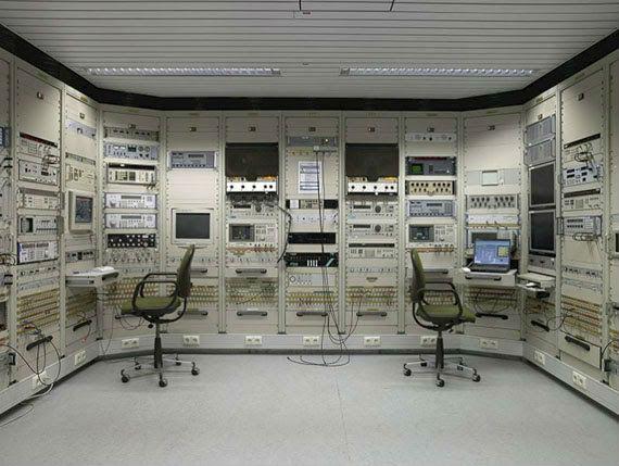 Die BND-Zentrale in Pullach. Geheimer Standort außerhalb Pullachs. Ein »Signal Intelligence (SIGINT)«-Kontrollraum. Licht an. © Martin Schlüter / Kunstfoyer