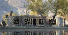 Fassade des Pamir Besucherzentrums, geprägt durch asymmetrische Fensterrahmen Foto: AFIR Architects / Anne Feenstra