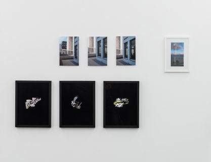 Kathrin Ganser: »Plazas (# LP/MP/PP)«, 2011-2014 »Plazas (# LP/MP/PP)«, 2011-2014 Fotografien und Installationen (variabel) | photographs and installations (variable) Ausstellungsansicht | Installation view Kehrer Galerie, 2016