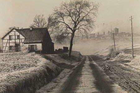 Albert Renger-Patzsch, Gehöft in Essen-Frohnhausen und Zeche Rosenblumendelle, 1928 © Albert Renger-Patzsch / Archiv Ann und Jürgen Wilde / VG Bild-Kunst, Bonn 2016