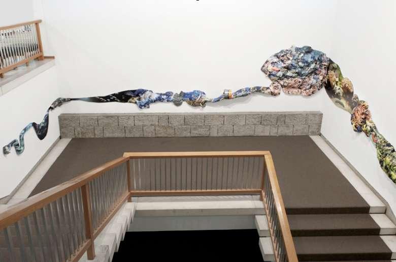 """untitled (handrail) 2016 Laserprints, Styropor, kaschierte C-Prints, glasierte Keramik Installationsansicht """"Object Eject"""", Japanisches Kulturinstitut Köln 2016"""