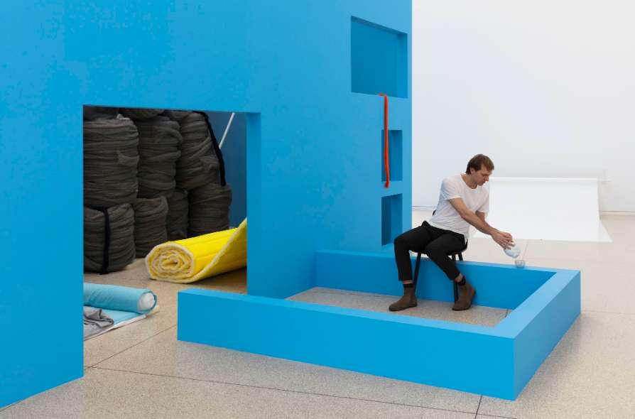 Jean-Pascal Flavien: ›house with things behind‹, Heidelberger Kunstverein, 2018, inhabitant: Felix Utting, Photo: © Andrea Rossetti