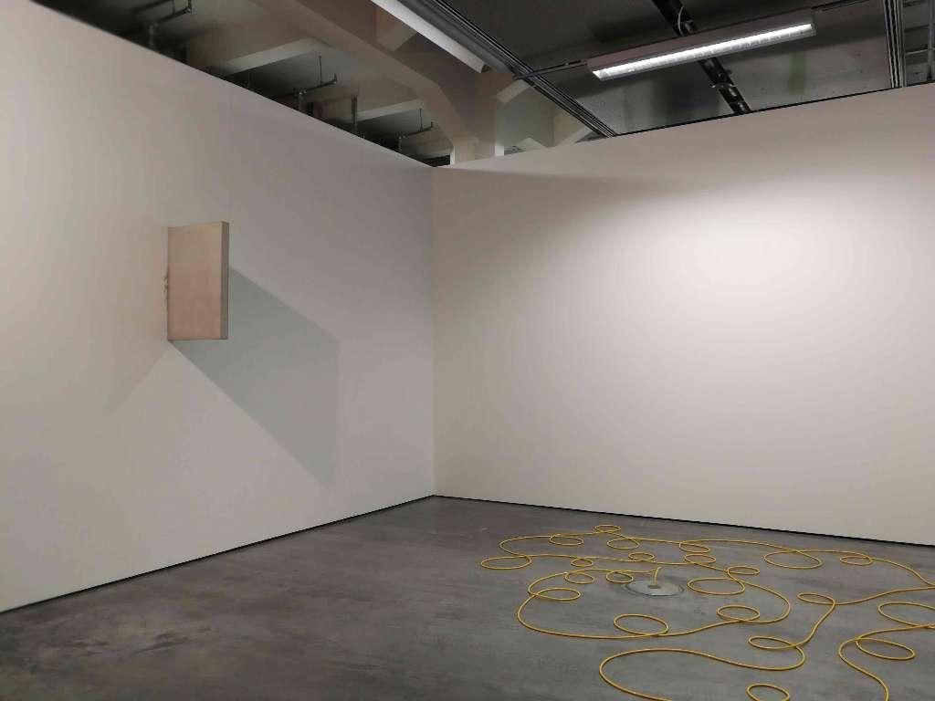 Leni Hoffmann, sansibar, 2012, Raumschnitt, Tageslicht, Neonlicht, Gips, gelbes Elektorkabel, Städtische Galerie, Karlsruhe