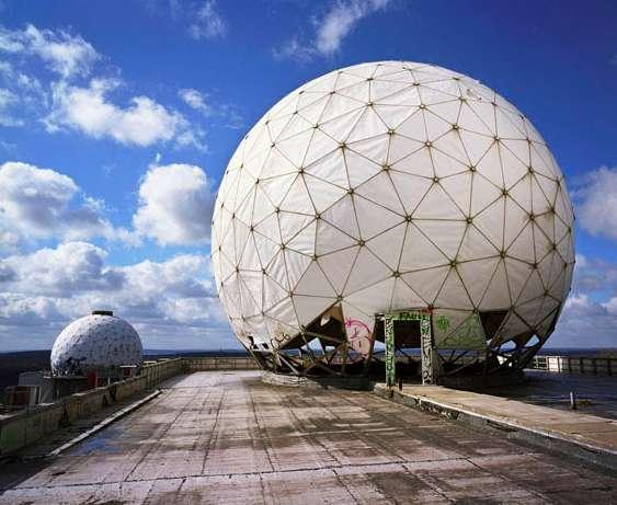 Deutschland, Berlin. Antennenkuppel einer US-amerikanischen Abhörstation auf dem Teufelsberg in Berlin; 2001 © Martin Roemers