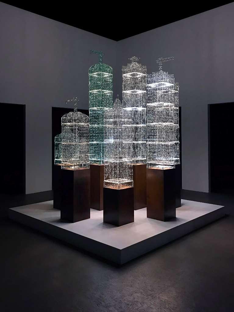 Tobias Zaft, FlexiPolis, 2016, interaktive Lichtskulptur (modulares Stecksystem), Acrylglas, LED-Platinen WLAN-Modul, Stahl, 85 x 38 x 38 cm (inkl. Stahlsockel), 4 Editionen, Sammlung Karin Abt-Straubinger, Stuttgart (c) Tobias Zaft