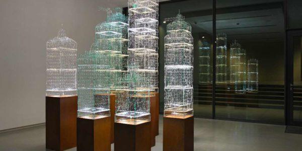 Tobias Zaft, FlexiPolis, 2016, interaktive Lichtskulptur (modulares Stecksystem), Acrylglas, LED-Platinen WLAN-Modul, Stahl, 85 x 38 x 38 cm (inkl. Stahlsockel), 4 Editionen, Sammlung Karin Abt-Straubinger, Stuttgart