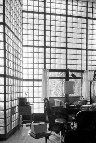 """Aus der Serie """"Das Glashaus"""" © Michael Carapetian Silbergelatineprints auf Barytpapier, signiert, datiert, nummeriert, 180 x 230 mm."""