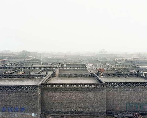 """Sze Tsung Nicolás Leong: Suzhou Creek, Putuo District, Shanghai, 2004, aus der Serie """"History Images"""" (2002–2005) © Sze Tsung Nicolás Leong"""